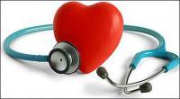 Estetoscopio y material de imagen en forma de corazón
