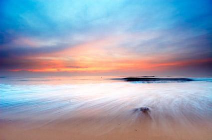 海で夕暮れの写真素材