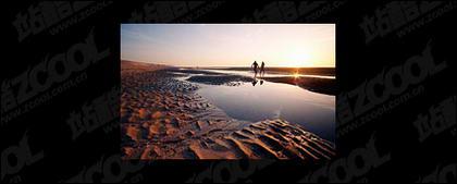 Los amantes de la playa por la noche la imagen material