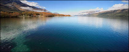 穏やかな湖の写真素材